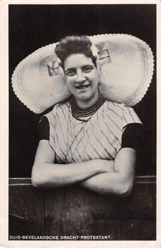 Ansichtkaart Zeeland Vrouw in klederdracht Zuid-Bevelandsche Dracht Protestant HC20220