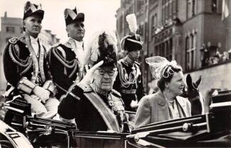 Ansichtkaart Koningshuis Z.M. Koning Gustaaf VI van Zweden en H.M. Koningin Juliana bij de intocht te Amsterdam op 26 April 1955 Sweden Sverige Auropa HC20267