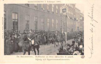 Ansichtkaart 's-Gravenhage Herinnering 7 Feruari 1901 De Bruidsstoet Hoffourier en twee rijknechts te paard Rijtuig v/d Opperceremoniemeester Koningshuis HC20691