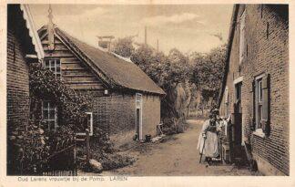 Ansichtkaart Laren (NH) Oud Larens vrouwtje bij de Pomp Gooi 1946 HC21240