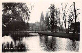 Ansichtkaart Laren (NH) Gooi R.K. Kerk met vijver Van der List Fotokaart HC21252