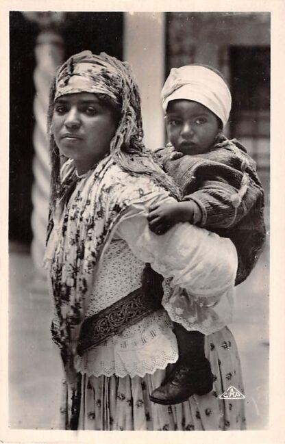 Ansichtkaart Algerije Alger Mauresque et son enfant Scenes et Types France Frankrijk Afrika HC21270