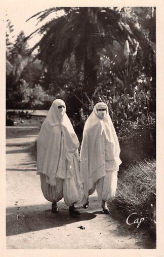 Ansichtkaart Algerije Alger Mauresques en promenade Bourka's Scenes et Types France Frankrijk Afrika HC21272