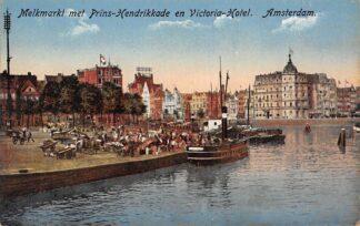 Ansichtkaart Amsterdam Melkmarkt en Prins Hendrikkade en Victoria Hotel Sleepboot Binnenvaart schepen 1919 HC21367