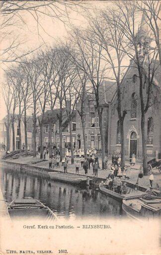 Ansichtkaart Rijnsburg Gereformeerde Kerk en Pastorie met volk HC21490