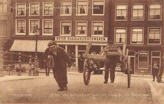 Ansichtkaart Amsterdam Momentopname uit het Amsterdamsche Straatleven Kikki de Kargadoor van den brug bij de Reestraat 1911 HC21500