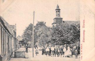 Ansichtkaart Wierden Stationsweg met volk en kerk Bij Almelo Twente HC21563