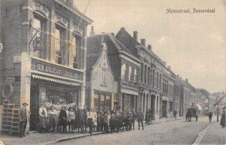 Ansichtkaart Roosendaal Molenstraat met Bazar de Kleine Winst met personeel HC21587