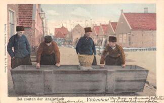 Ansichtkaart Volendam Het zouten der Ansjovisch Klederdracht Visserij 1901 HC22054
