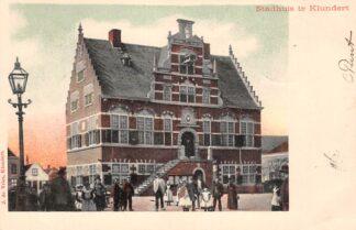 Ansichtkaart Klundert Het Stadhuis met volk 1903 Moerdijk HC22055