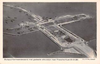 Ansichtkaart IJsselmeer Sluis put Kornwerderzand met gedeelte Afsluitdijk naar Friesche Kust Zuiderzee Harlingen Friesland KLM Luchtfoto No. 9138 HC22121