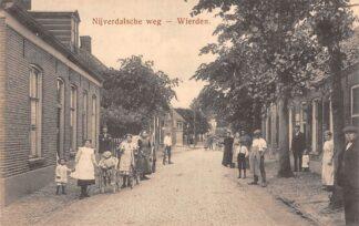 Ansichtkaart Wierden Nijverdalsche weg met volk Twente Almelo HC22640