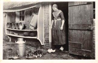 Ansichtkaart Staphorst Boerin geeft katten een schoteltje melk Boerderij 1957 HC22720