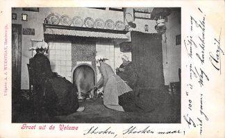 Ansichtkaart Harderwijk Groet van de Veluwe Het aanmaken van de haard Boerinnen in klederdracht 1903 HC22813