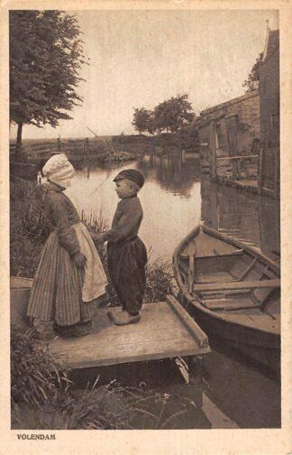 Ansichtkaart Volendam Jongen en meisje aan de waterkant in klederdracht 1922 HC22841