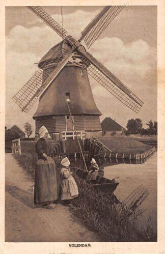 Ansichtkaart Volendam Molen Moeder en kinderen in klederdracht 1922 HC22842