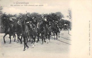 Ansichtkaart 's-Gravenhage Het uitrukken der Veld-Artillerie met Muziek Soldaten te paard 1904 Militair HC22920