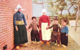 Ansichtkaart Volendam Moeder met kinderen in klederdracht HC23227