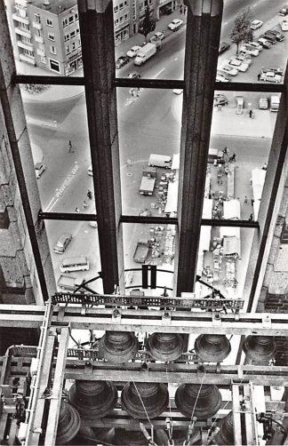 Ansichtkaart Arnhem Klokkespel met uitzicht op markt vanuit de Grote- of Eusebiustoren 1965 Auto HC23251