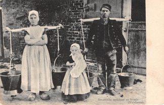 Ansichtkaart Walcheren Boer en boerin met melkjukken Kind Klederdracht HC23427