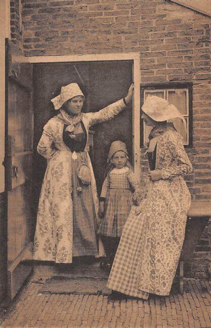 Ansichtkaart Hindeloopen Een Hielper burenpraatje Vrouwen en meisje in klederdracht HC23613