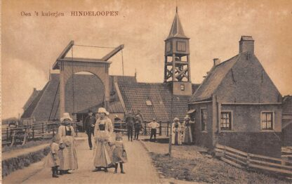 Ansichtkaart Hindeloopen Oen 't kuierjen Klederdracht Klokkenstoel toren Havengebouw HC23618