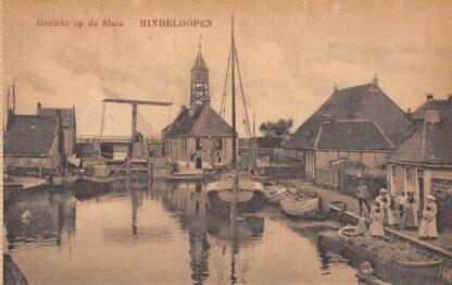 Ansichtkaart Hindeloopen Gezicht op de sluis Binnenvaart schepen Scheepvaart Klederdracht HC23619
