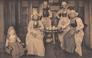 Ansichtkaart Hindeloopen Bieenem to thee drinken Vrouwen en kind in klederdracht HC23622