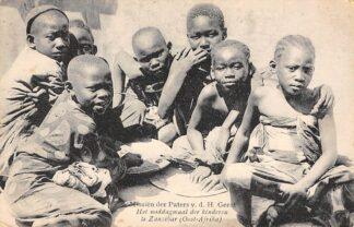 Ansichtkaart Tanzania Het middagmaal der kinderen te Zanzibar Oost - Afrika Apostolische school der Paters van den H. Geest Lier en Weert België Europa HC24065