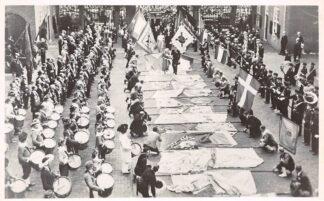 Ansichtkaart 's-Hertogenbosch Bezoek Koningshuis Koningin Juliana en Prins Bernhard schrijden over de vendels 06-09-1949 HC24089