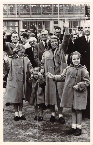 Ansichtkaart Amsterdam Schiphol Vier wuivende prinsessen bij 't Vertrek van Z.K.H. Prins Bernhard naar Mexico 27-10-1952 Koningshuis HC24098