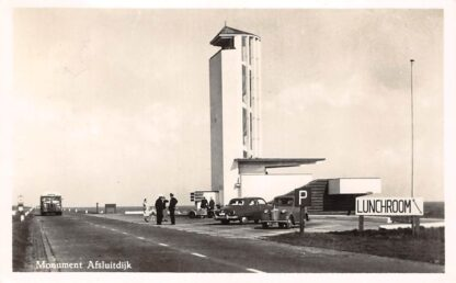 Ansichtkaart Wieringen Harlingen Monument Afsluitdijk met Lunchroom Bus en auto 1955 IJsselmeer HC24167