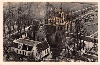 Ansichtkaart Pieterburen Ned. Hervormde Kerk met begraafplaats Luchtfoto 1951 HC24237