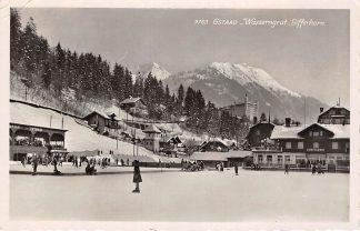 Ansichtkaart Zwitserland Gstaad Schaatsbaan en IJshockey wedstrijd Wasserngrat Gifferhorn Schweiz Suisse Switzerland Europa HC24573