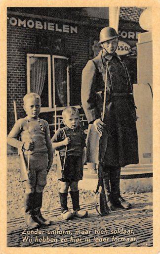 Ansichtkaart Militair Mobilisatie WO2 1939 Soldaat en jongen op wacht bij Garage en ESSO benzinepomp HC24659