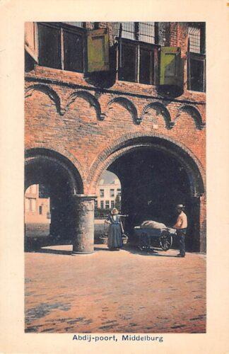 Ansichtkaart Middelburg Abdij-poort 1913 Man met handkar en melkmeisje in klederdracht HC24674