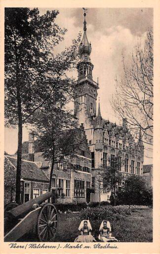 Ansichtkaart Veere Markt m. Stadhuis Meisjes in klederdracht Noor-Beveland HC24700