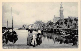 Ansichtkaart Veere Kade met vissers schepen en moeder en kinderen in klederdracht Noord-Beveland HC24705