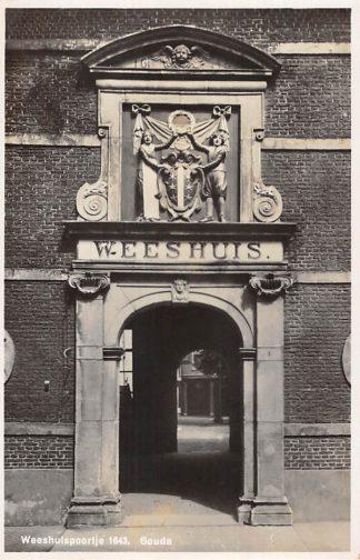 Ansichtkaart Gouda Spieringstraat Weeshuis poortje HC24748