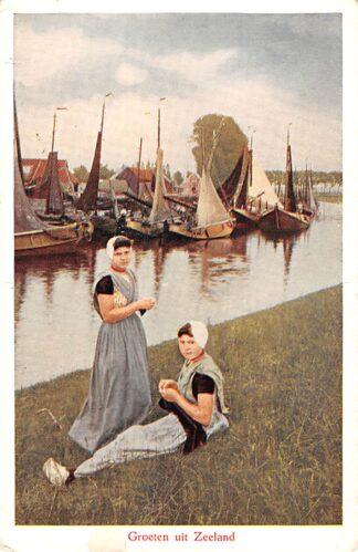 Ansichtkaart Zeeland Vrouwen in klederdracht bij haven met vissers schepen HC24754