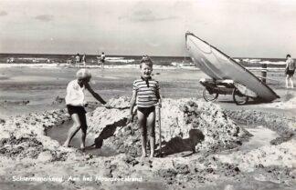 Ansichtkaart Schiermonnikoog Aan het Noordzeestrand Spelende kinderen op het strand bij de zee 1966 HC24826