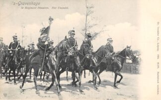Ansichtkaart 's-Gravenhage 3e Regiment Huzaren Het Vaandel Soldaten te paard 1904 Militair HC25029