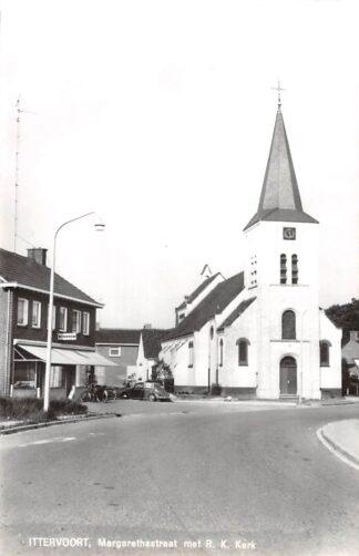 Ansichtkaart Ittervoort Margarethastraat met R.K. Kerk VW Leudal Limburg 1968 HC25035