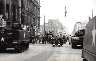 Ansichtkaart Duitsland Berlin Friedrichstrasse 1961 Checkpoint Charlie Confrontatie Amerikaanse en Russische leger Tanks Militair Fotokaart Deutschland Europa HC25067