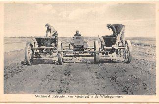 Ansichtkaart Wieringen Machinaal uitstrooien van kunstmest in de Wieringermeer IJsselmeer Zuiderzee HC25107