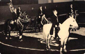 Ansichtkaart Onbekend Manege Ruiters te paard Uitvoering S.d.V. te D. 2 maart 1956 Arnold de Vries Robbe Pieter Hooft Graafland Obbe Haccon Rob Voncken Fotokaart Multicolor Zalmhaven 26 Rotterdam HC25113