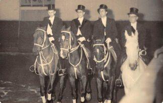 Ansichtkaart Onbekend Manege Ruiters te paard Uitvoering S.d.V. te D. 2 maart 1956 Arnold de Vries Robbe Pieter Hooft Graafland Obbe Haccon Rob Voncken Fotokaart Multicolor Zalmhaven 26 Rotterdam HC25114