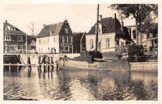Ansichtkaart Dokkum Woudpoort met binnenvaart schip Scheepvaart 1947 HC25169