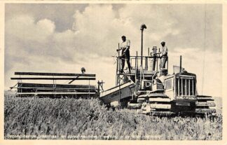 Ansichtkaart Wieringen Gecombineerde graanmaai- en dorschmachine in werking in de Wieringermeer IJsselmeer Zuiderzee HC25183