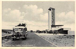 Ansichtkaart Wieringen De Afsluitdijk naar Friesland met gedenkteeken en A.T.O. Autobus en auto's IJsselmeer Zuiderzee HC25184